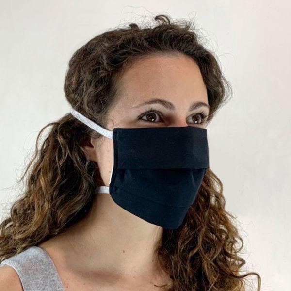 Clarisse porte le masque barrière -vue de trois quart